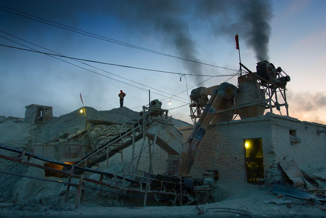 Asbestos separation plant. Shimiankuang asbestos mine. Yitunbulake.