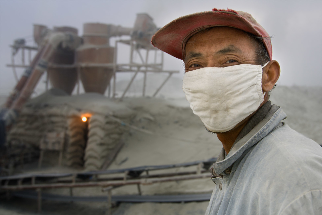 Asbestos worker. Shimiankuang asbestos mine. Yitunbulake.