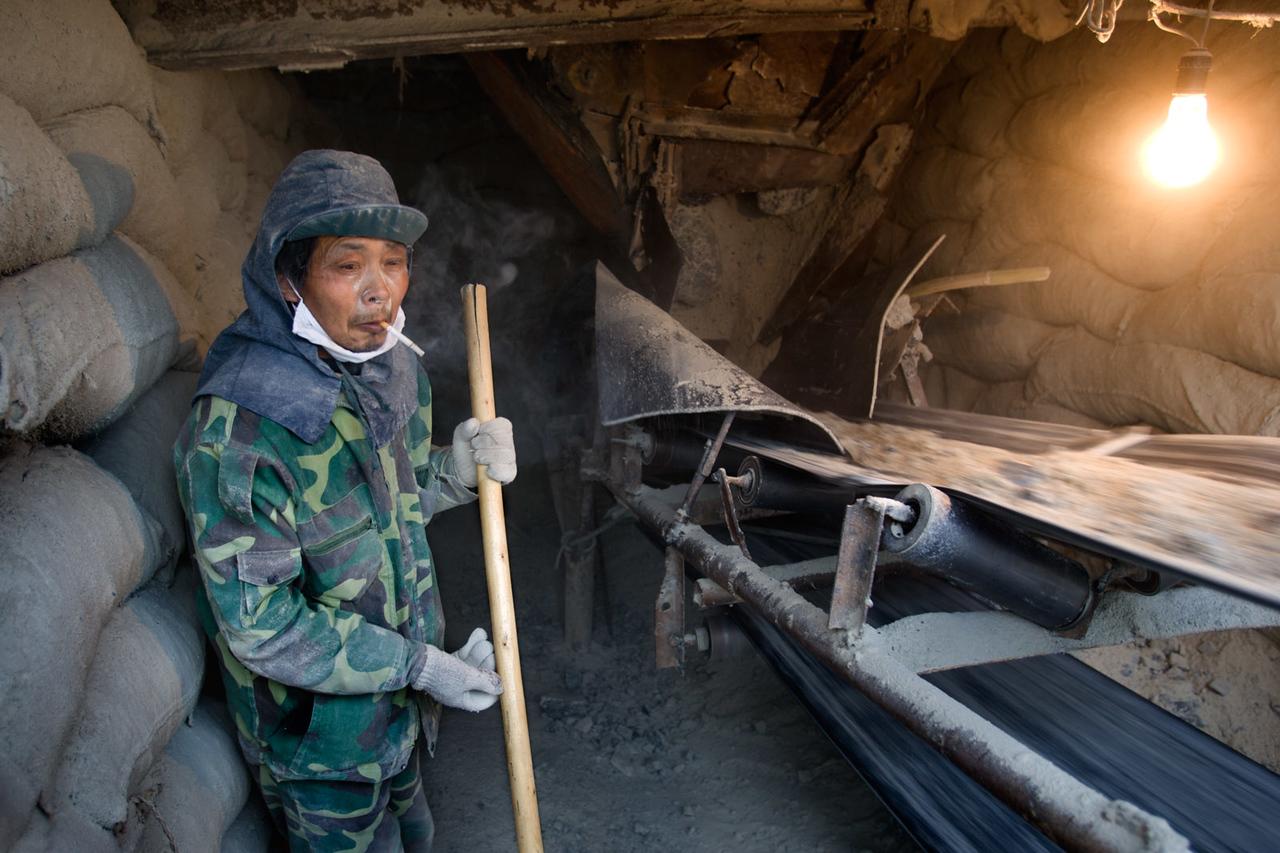 Asbestos worker smoking. Shimiankuang asbestos mine. Yitunbulake.