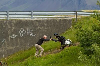 Bergþór Jónsson, í 1. flokki leggur til atlögu við smábrekku á leiðinni á seinni hluta vallarins.