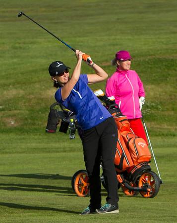 Margrét Jamchi Ólafsdóttir slær á 4. braut.