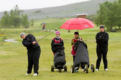 Helga Svanbergsdóttir, kylfingur í Golfklúbbi Mosfellsbæjar slær á 15. braut í Leirdalnum.
