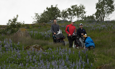Gunnar Smári Þorsteinsson, Jóhannes Guðmundsson og Ólafur Sigurjónsson ganga niður brekkuna eftir teighögg sín á 15 holu.