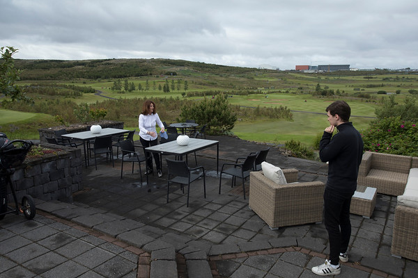Eitt af fyrstu verkum veitingasalanna var að þurrka regnvatn næturinnar af útihúsgögnunum.