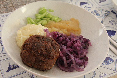 Holland Cooking Class November 30, 2011: red cabbage with applce sauce and dutch meat balls.