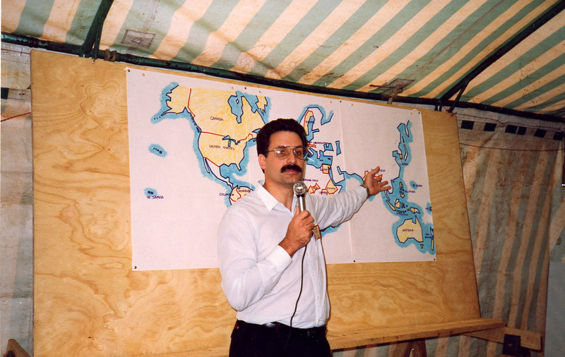 David Hamilton points to a map at the 1992 Kenya LTS