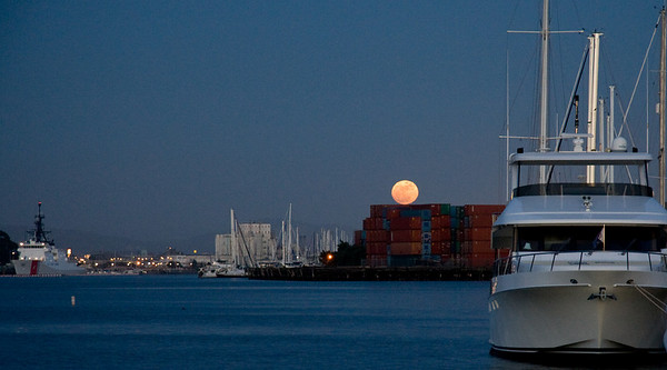 Alameda moonrise over containers looking for work...