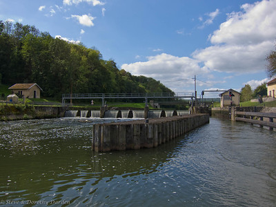 The barrage on the left allows the river to run free while water is diverted into the lock on the right.