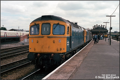 33016+33044 call at Salisbury whilst working 1V10 0913 SO Brighton-Penzance on 09/08/1986.33042 is visible stabled in the bay platform.