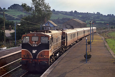 084 arrives at Farrenfore as the sun begins to set on 01/10/1998 with the 1515 Cork-Tralee service.