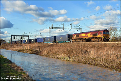 66020 runs alongside the Oxford canal at Ansty whilst working 4O57 1420 Hams Hall Reception Line-Dollands Moor Sdgs on 02/02/2013.