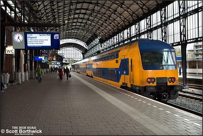 Nederlandse Spoorwegen (NS) DD-AR electric multiple unit, 7515 calls at Haarlem whilst forming RE4845 1204 Amsterdam Centraal-Uitgeest on 29/04/2015.