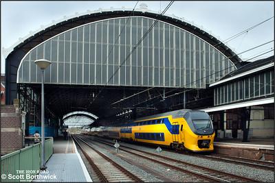 Nederlandse Spoorwegen (NS)  DD-VIRM-4 electric multiple units, 9557+9563 depart from Haarlem with IC2134 1214 Den Haag Centraal-Amsterdam Centraal on 29/04/2015.