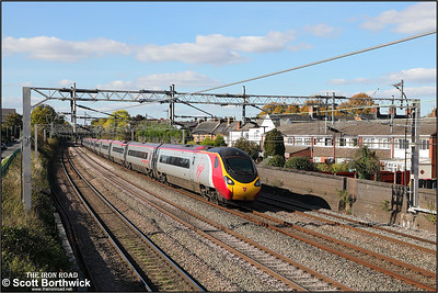 390124 forms 1M12 1140 Glasgow Central-London Euston passing Atherstone on 28/09/2018.