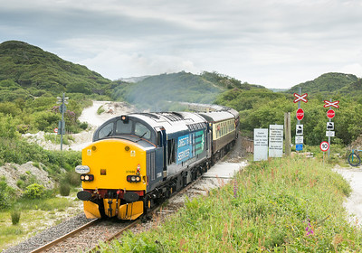 090612  Passing the mini gallery at Treviscoe .37606 TnT 37609 with the  1Z20 0537 Crewe- Parkandillack.