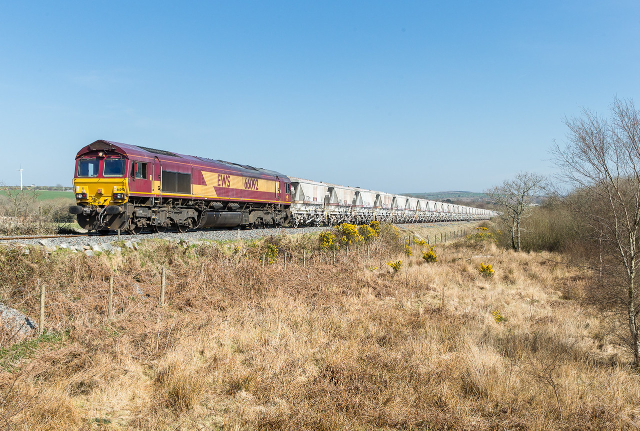 090415  Could we beat it from Treesmill,yes by a about 5 minutes....66092 approaches journeys end at Menadue crossing with the 6G07  13:20 Fowey-Goonbarrow