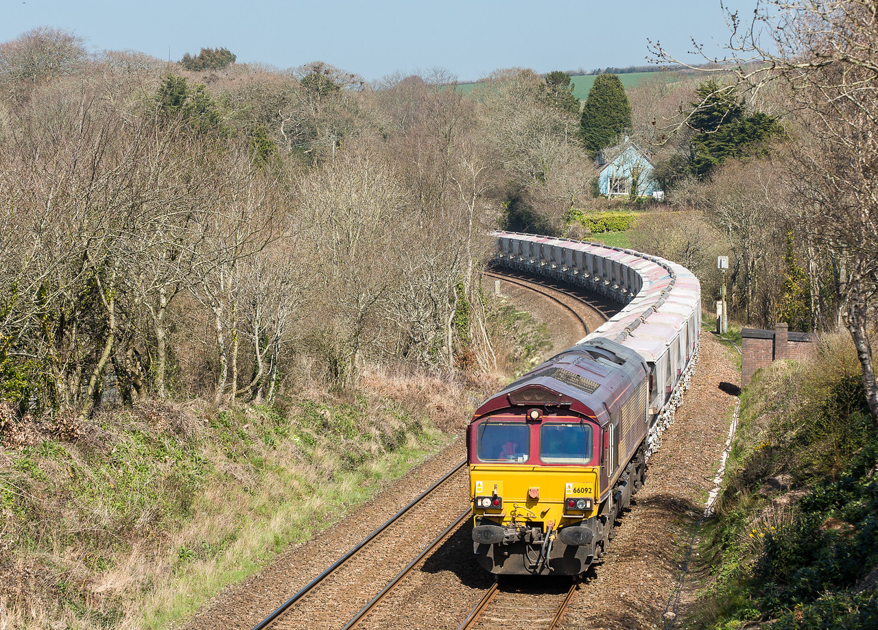 090415  The assistant gets a moderate telephoto shot of the scene....66092 approaches Treesmill with the 6G07  13:20 Fowey-Goonbarrow