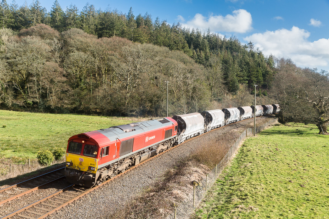 260315  Not to be left out of it ,the assistant mans the tripod.......66101 passes Restormel with the 6C53   ThO 15:06 St.Blazey-Exeter Riverside.Cosidering we had turned back to go home,I have had one of my best Cornish days out.