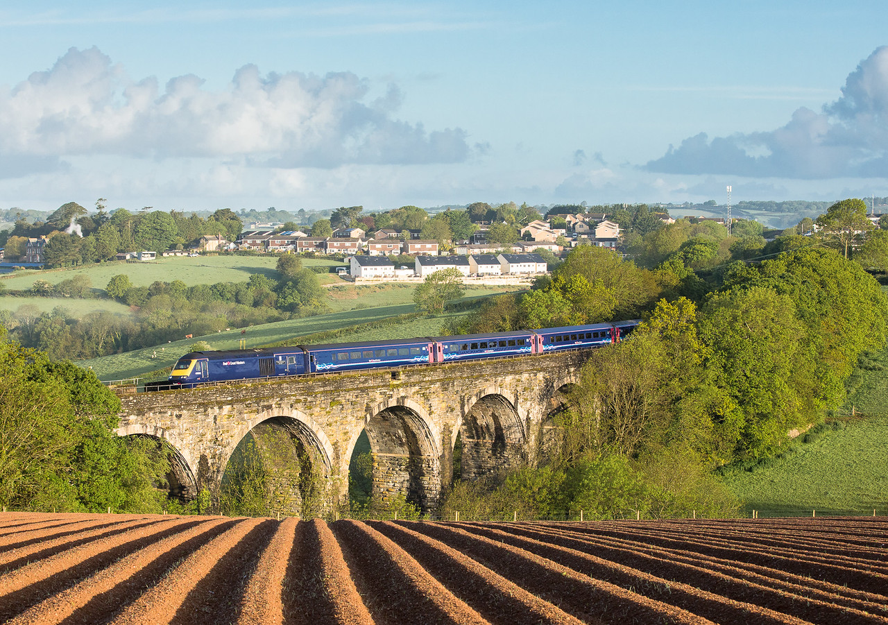 180517 .  43022 heads the Golden Hind (1A76 0505 Penzance to London Paddington ) over Bolitho Viaduct