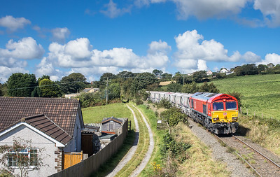 010917 66206 draws to a halt before proceeding over Lanjeth level crossing with the first portion of 6P24  15:25 Parkandillack-Fowey