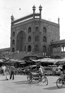 En face de la mosquée