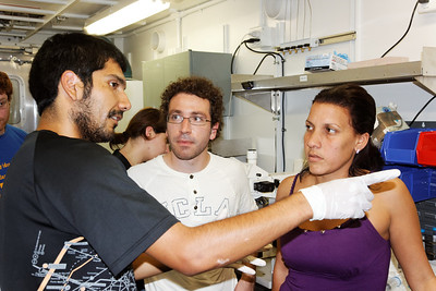 Carlos demonstrating flow cytometry on the InFlux to Fernando et Yolaine