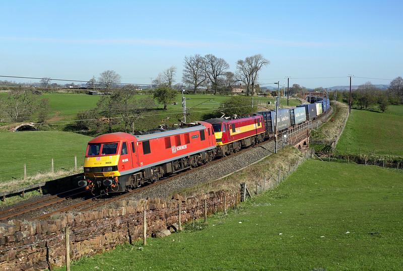 90036 + 90026 pass Kitchenhill on 4M25 06:06 Mossend - Daventry intermodal, 21/04/15
