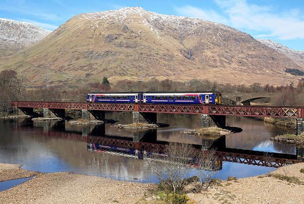 156493 crosses Loch Awe viaduct on 1Y24 12:11 Oban - Glasgow QS, 25/03/17