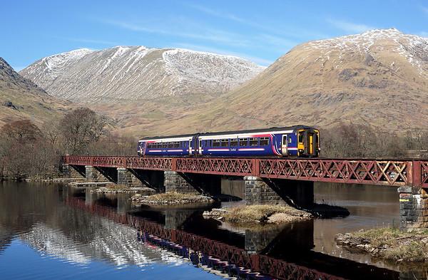 156450  crosses Loch Awe viaduct on 1Y25 10:37 Glasgow QS - Oban, 25/03/17