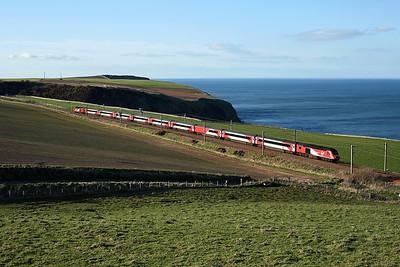 43251 runs along the cliffs past Burnmouth on 1E25 14:52 Aberdeen - LKX, 19/04/18