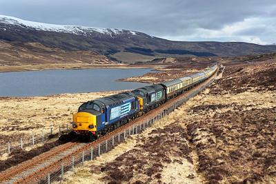 37259 + 37605 run alongside Loch Gowan on 1Z37 09:13 Inverness - Kyle of Lochalsh 'Easter Highlander' 01/04/18