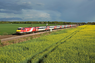 With the rape seed field coming into bloom 91112 passes Thorpe Willoughby on 1S25 16:30 LKX - Edinburgh, 25/04/18