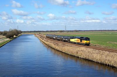 60096 passes Godnow Bridge on 6E32 08:55 Preston Docks - Lindsey empty tanks, 19/03/18 *Taken using a pole