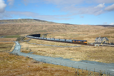 After running round at Blea Moor 66733 nears Ribblehead station on 6M37 11:25 Arcow Quarry - Pendleton, 26/03/18