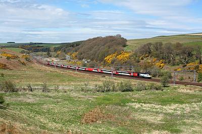 43238 passes Grantshouse loop on 1E15 09:52 Aberdeen - LKX, 05/05/18