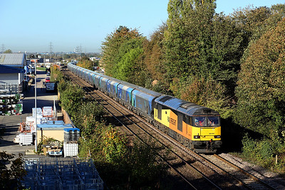 60076 dodges the autumnal shadows as it passes Whitley Bridge on 6H12 06:26 Tyne Dock - Drax PS biomass, 18/10/18