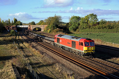 60059 dodges the shadows passing Burton Salmon on 6N31 07:44 Scunthorpe - Lackenby steel, 29/10/18 *Taken using a pole