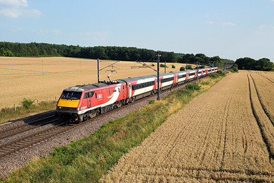 91109 passes Eaton Lane on 1Y86 14:02 York - Newark and back to Doncaster, this was runnig back north vice LKX due to the  heat bringing the wires down. 23/07/19 *Taken using a pole