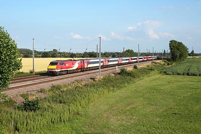 91120 passes Overton Grange on 1S25 16:30 LKX - Edinburgh, 16/07/19 *Taken using a pole