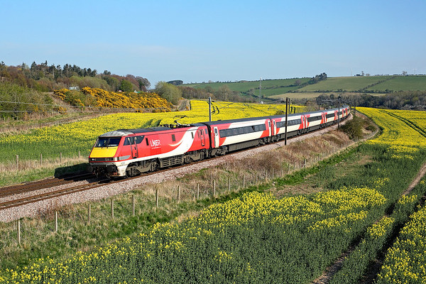 91112 runs through the Scottish Borders past Horseley on 1S18 13:00 LKX - Edinburgh, 19/04/19 *Taken using a pole