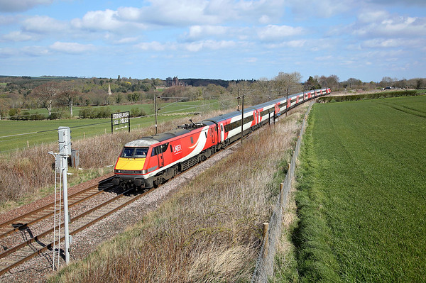 With 50 miles left to reach its destination 91113 passes Cocklaw on 1S06 07:30 LKX - Edinburgh, 13/04/19 *Taken using a pole