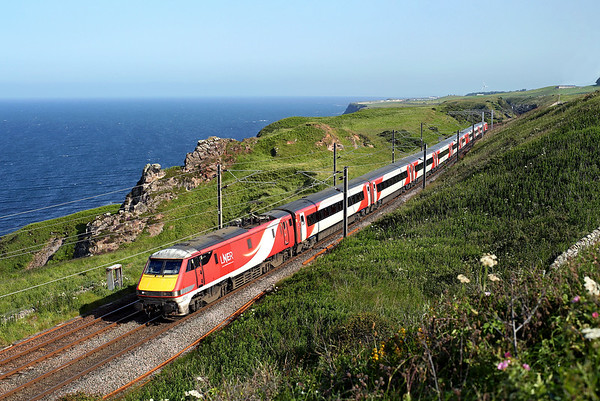 91112 passes along the cliffs past Lamberton on 1S19 13:30 LKX - Edinburgh, 28/06/19