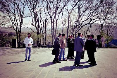 Группа туристов из Ирана. Они все (за исключением парня слева) выглядели как двоюродные братья своего президента - небритые, в костюмах и без галстуков. Оказались нормальными людьми - когда я уронил детальку от camera strap и не заметил - один из них мне её поднес.