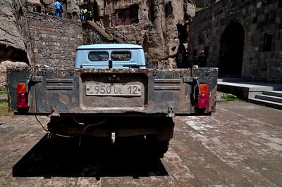 Этот советский грузовичек выглядел очень симпатично на фоне храма.