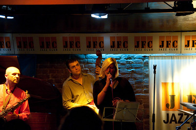 Через некоторое время на сцену вышла тётя и стала петь. Остальные музыканты заинтересовались.