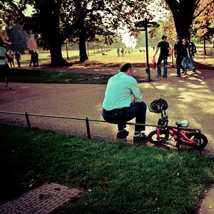 Я этого мальчика знаю, он до сих пор там сидит со своим велосипедом и шлемом