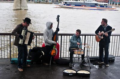 Замечательная группа - обязательно на них пойду когда в Лондоне будут. Называются Mr Ragged Trousered Philanthropists. Вот их страница: http://profile.myspace.com/index.cfm?fuseaction=user.viewprofile&friendID=62677185
