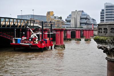 Есть два моста через Темзу. Один красивый, второй работает.