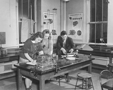 Hochstetter physics lab, University Archives, 1950, call number: 85Z:1(1) © UB Archives   Please contact University Archives at lib-archives@buffalo.edu for permission to use this image.