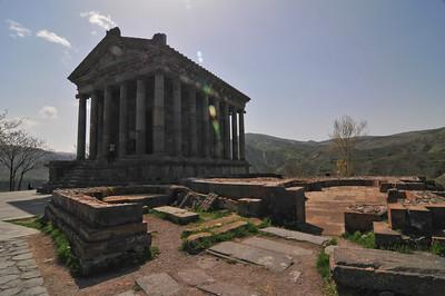 Справа он Греческого храма Армяне построили свой, Христианский храм после принятия Христианства в 302 году. Видать языческие боги были сильнее - после землетрясения в средние века их храм стоит, а Христианская церковь нет.